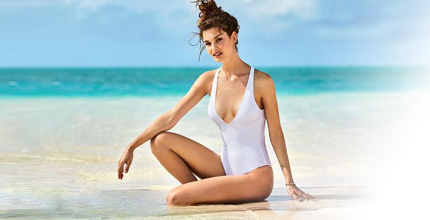 Chica en bañador blanco