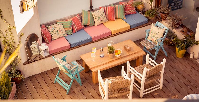 Rooftop de Madrid con sofá de colores