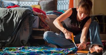arregla tus prendas antiguas chica recortando sentada en el suelo
