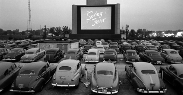 verano Autocine en blanco y negro pantalla y coches