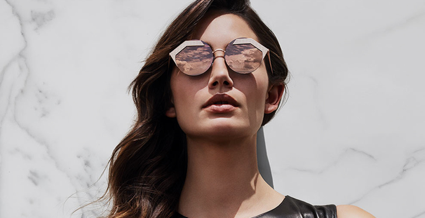 Gafas de sol chica con gafas y pelo negro largo