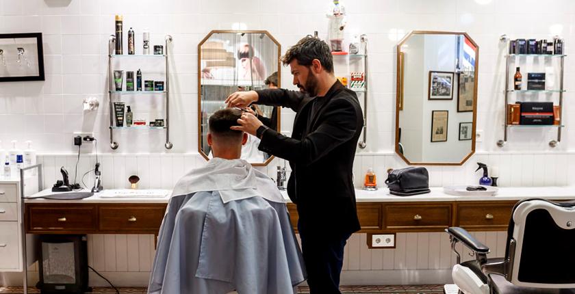barbería peluquero cortando el pelo