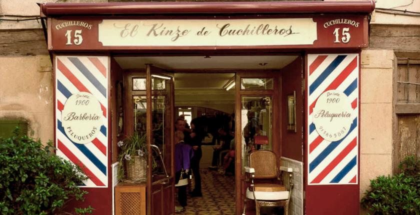 barbería, puerta de madera con plantas