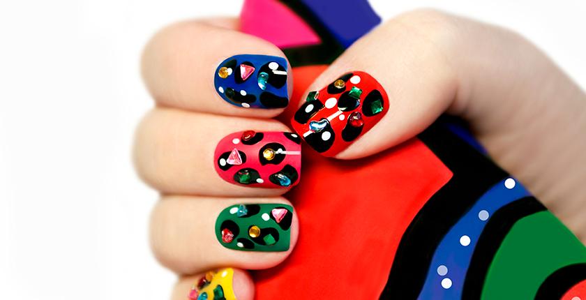 esmalte permanente, uñas de colores con brillantes