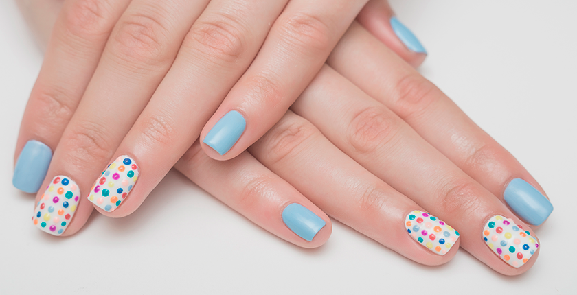 esmalte permanente uñas azules decoradas