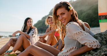 tus bikinis favoritos chicas en la playa hablando
