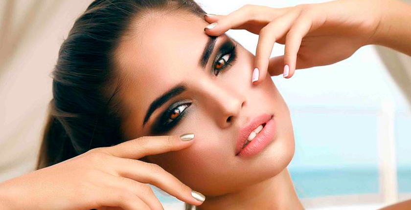 maquillaje para las noches de verano chica con ojos maquillados