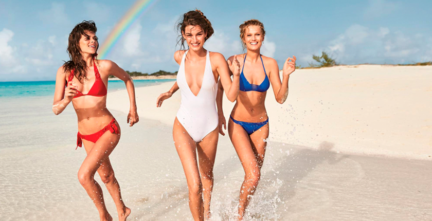 Tus bikinis favortitos tres chicas corriendo en la playa