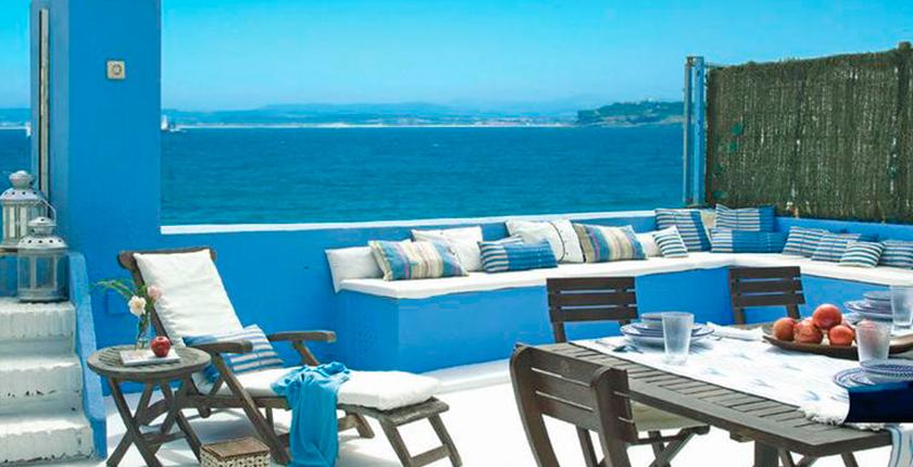 decorar tu casa de la platya terraza azul y blanca con mar de fondo